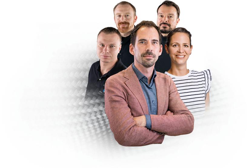 Teamfoto der Nieke Composites GmbH. Ein Mann in rotem Anzug steht ganz vorne, hinter ihm stehen drei Männer und zwei Frauen in insgesamt drei Reihen.
